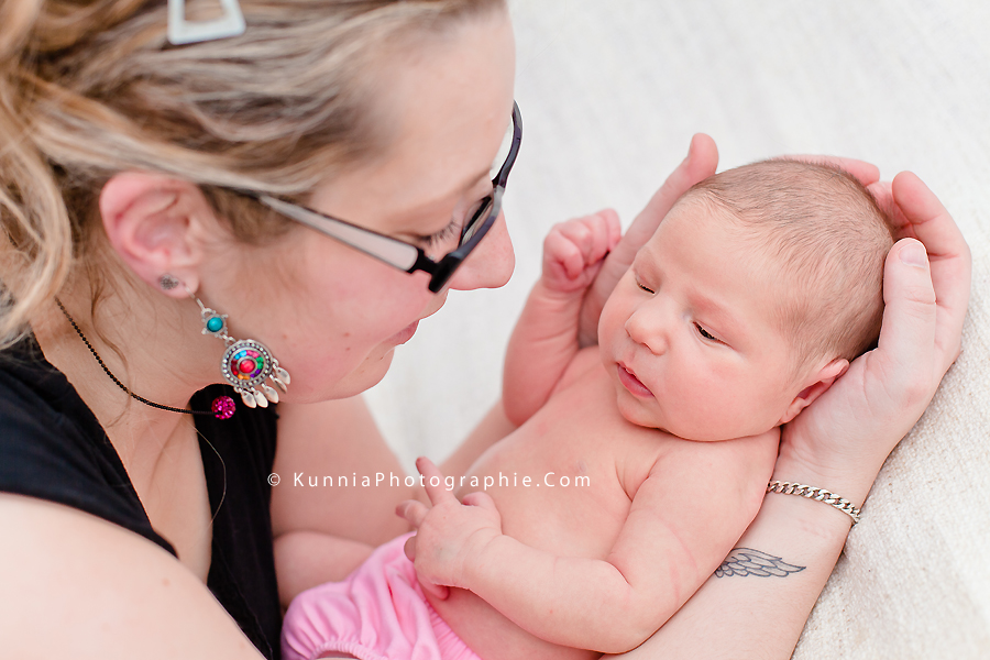 photographe nouveau né Caen bébé 12 jours studio  nouveau né bébé avec sa maman tatouage ange ailes d'anges