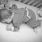 bébé qui dort enfant 1 an 12 mois dans son lit dormir sur le ventre photographe lifestyle caen