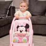 Projet 52 bébé qui pousse sa Minnie dans la poussette