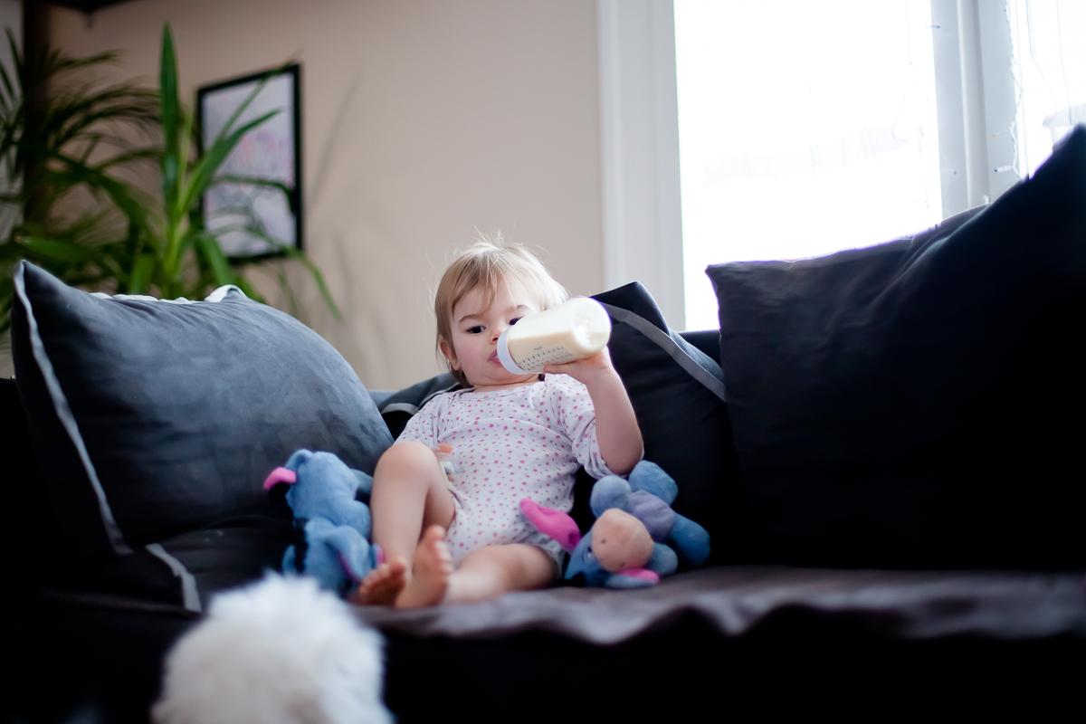 bébé boit son biberon photographe bébé allaitement biberon photographe caen saint lo bayeux