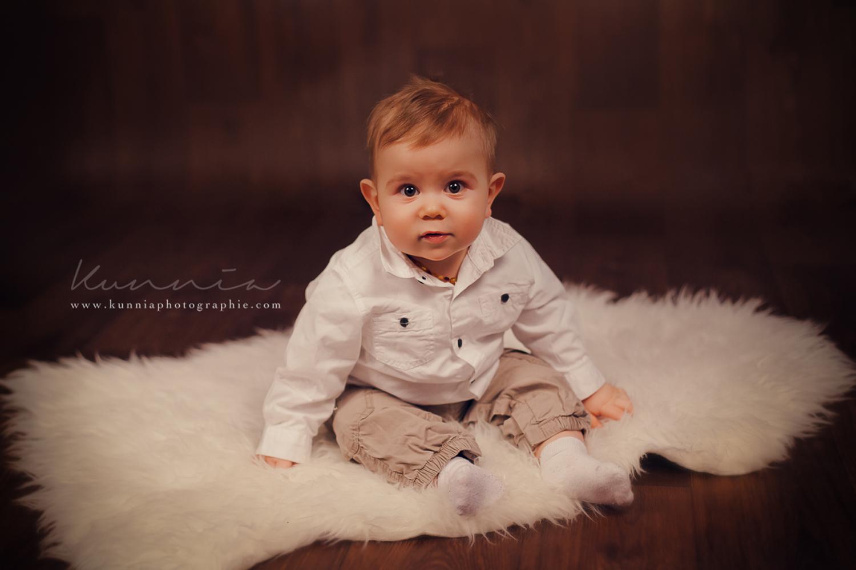 Photographe bébé 6-9 mois en studio Caen bébé tient assis 7 mois portrait bébé assis mimiques