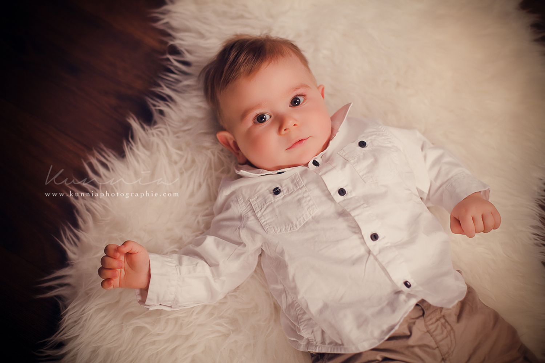 Photographe bébé 6-9 mois en studio Caen bébé tient assis 7 mois bébé allongé