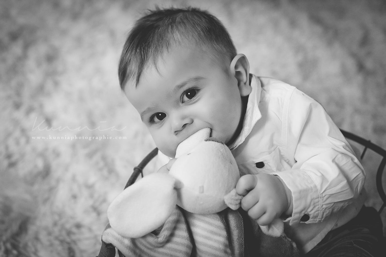 Photographe bébé 6-9 mois en studio Caen bébé tient assis 7 mois
