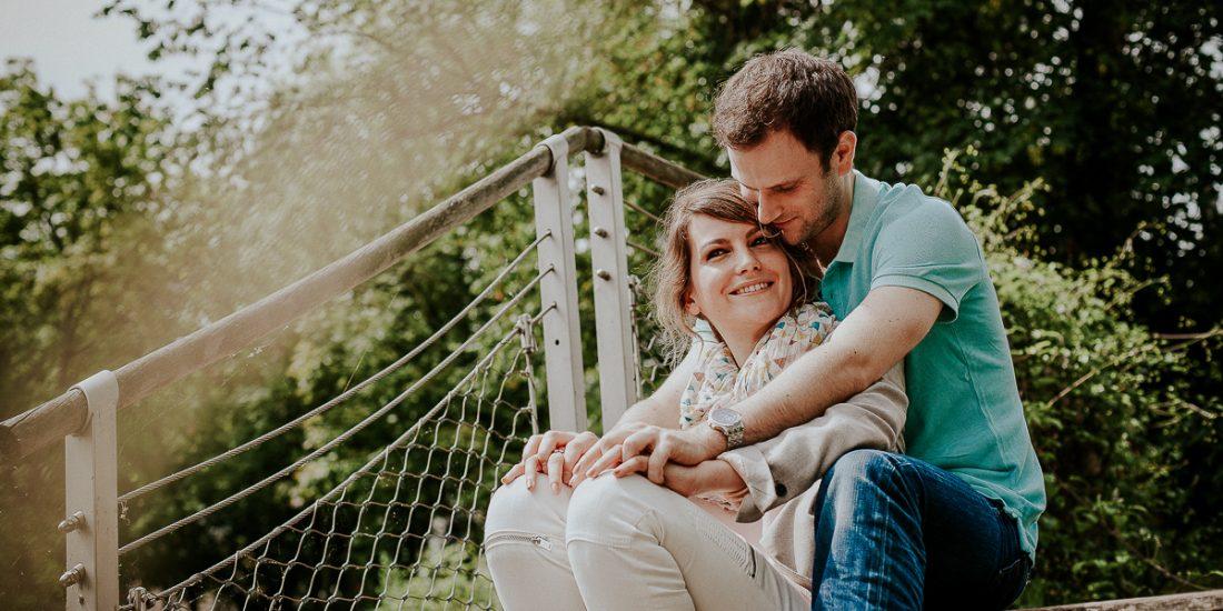 séance photo couple avant mariage sur les quais de seine