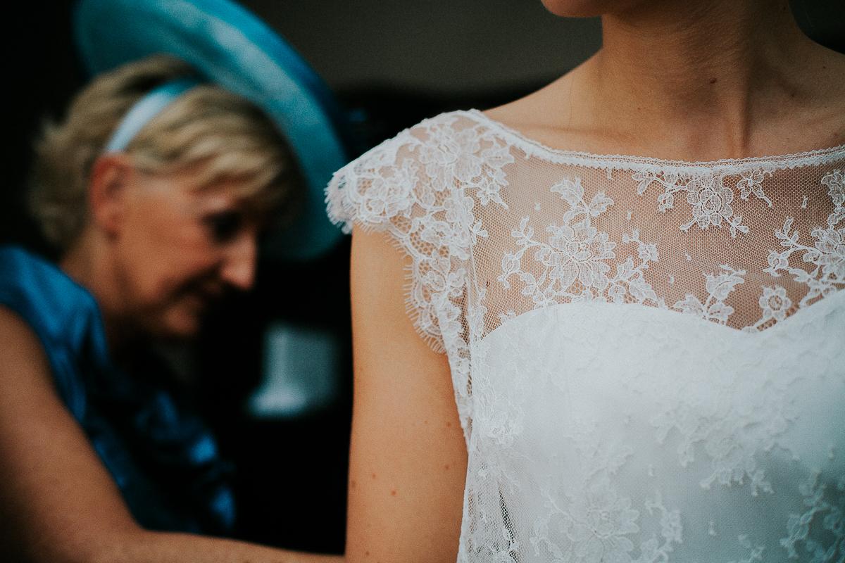 mariage franco finois à la grange du mesnil varin à Saint Paër en seine maritime robe en dentelle
