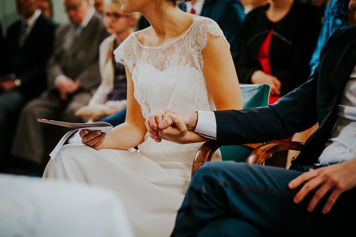 mariage franco finois à la grange du mesnil varin à Saint Paër en seine maritime mains unis cérémonie protestante