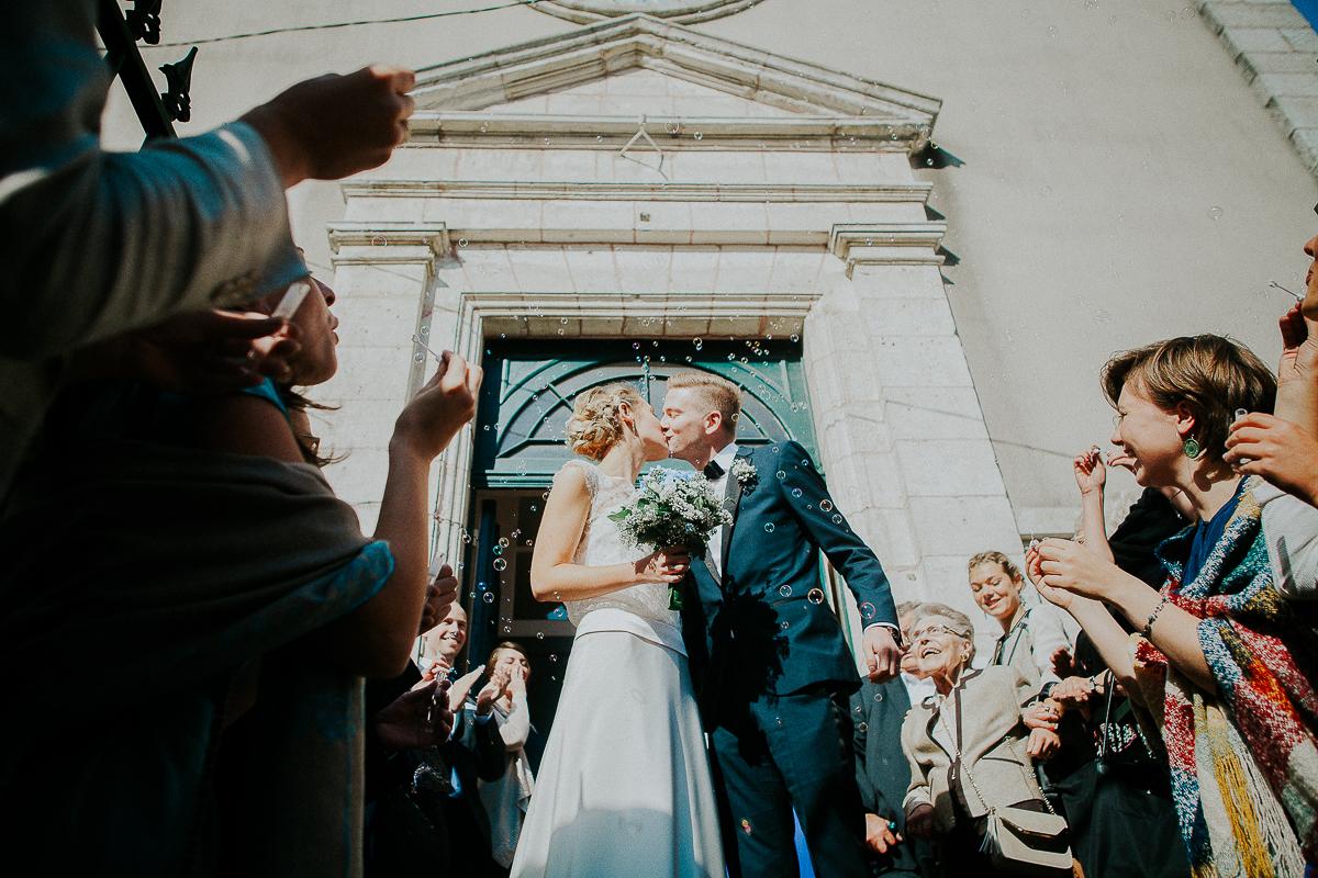 mariage franco finois à la grange du mesnil varin à Saint Paër en seine maritime bisou sur le parvis temple
