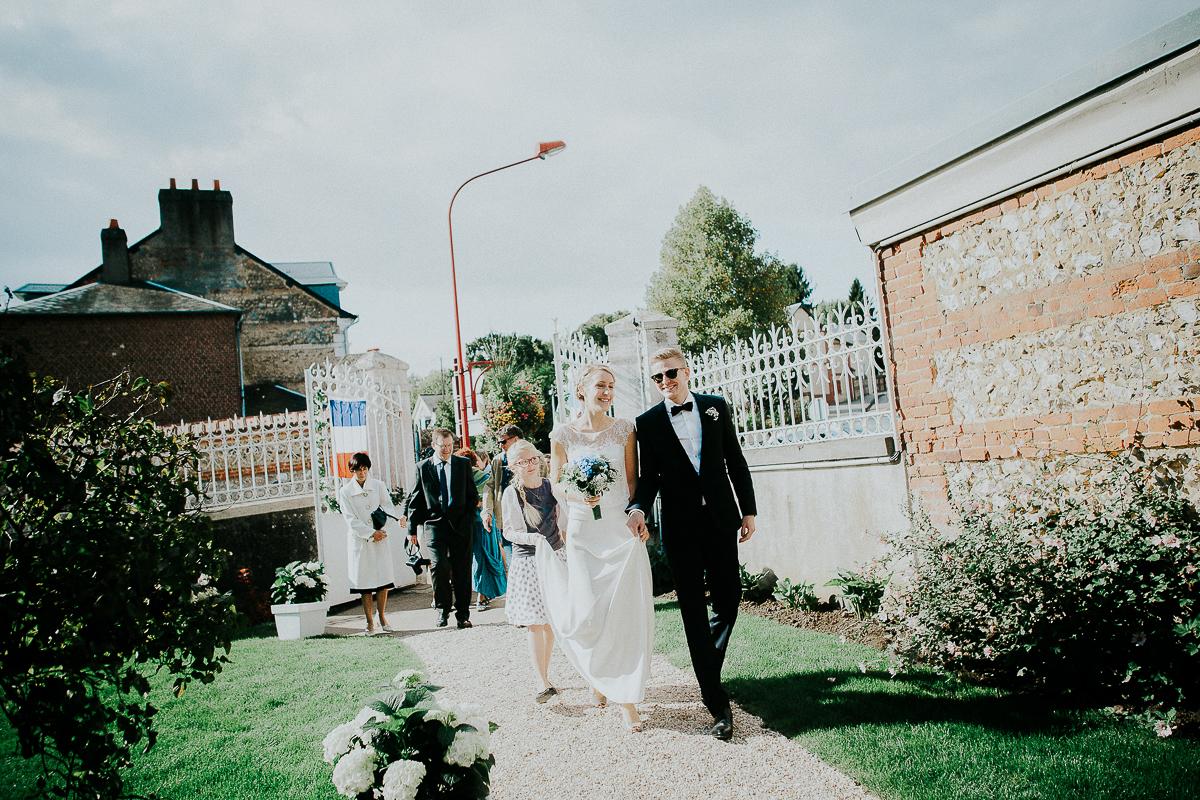 mariage franco finois à la grange du mesnil varin à Saint Paër en seine maritime marié en lunettes de soleil