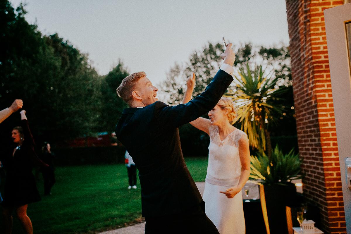 mariage franco finois à la grange du mesnil varin à Saint Paër en seine maritime selfie du marié