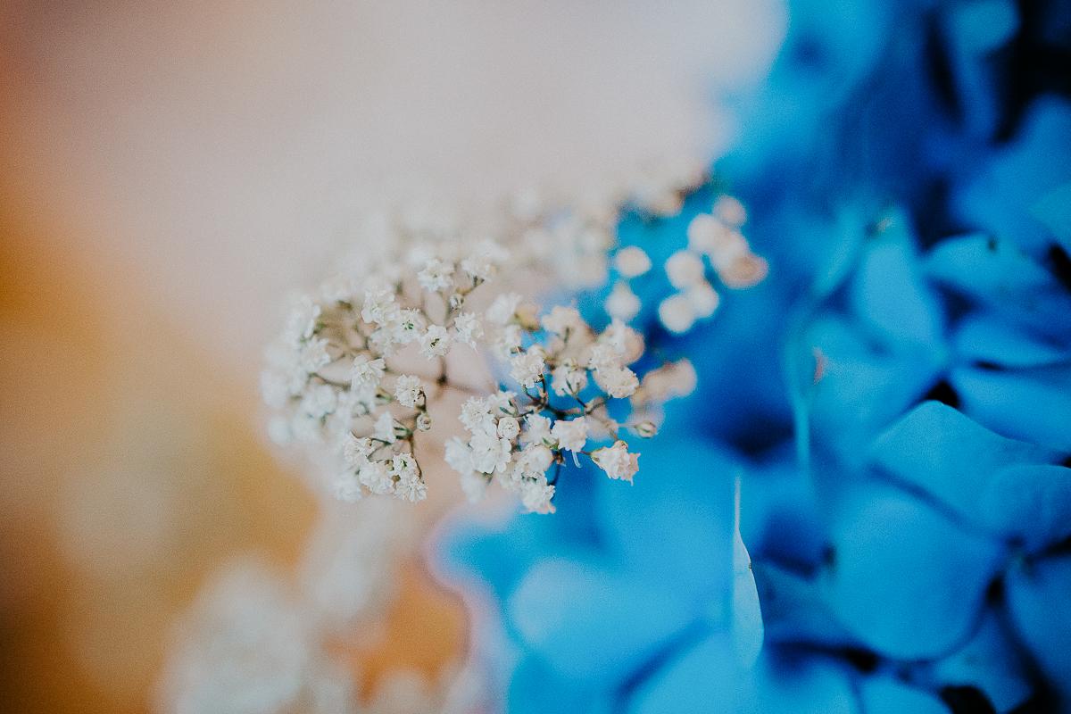 mariage franco finois à la grange du mesnil varin à Saint Paër en seine maritime décoration en bleu et blanc