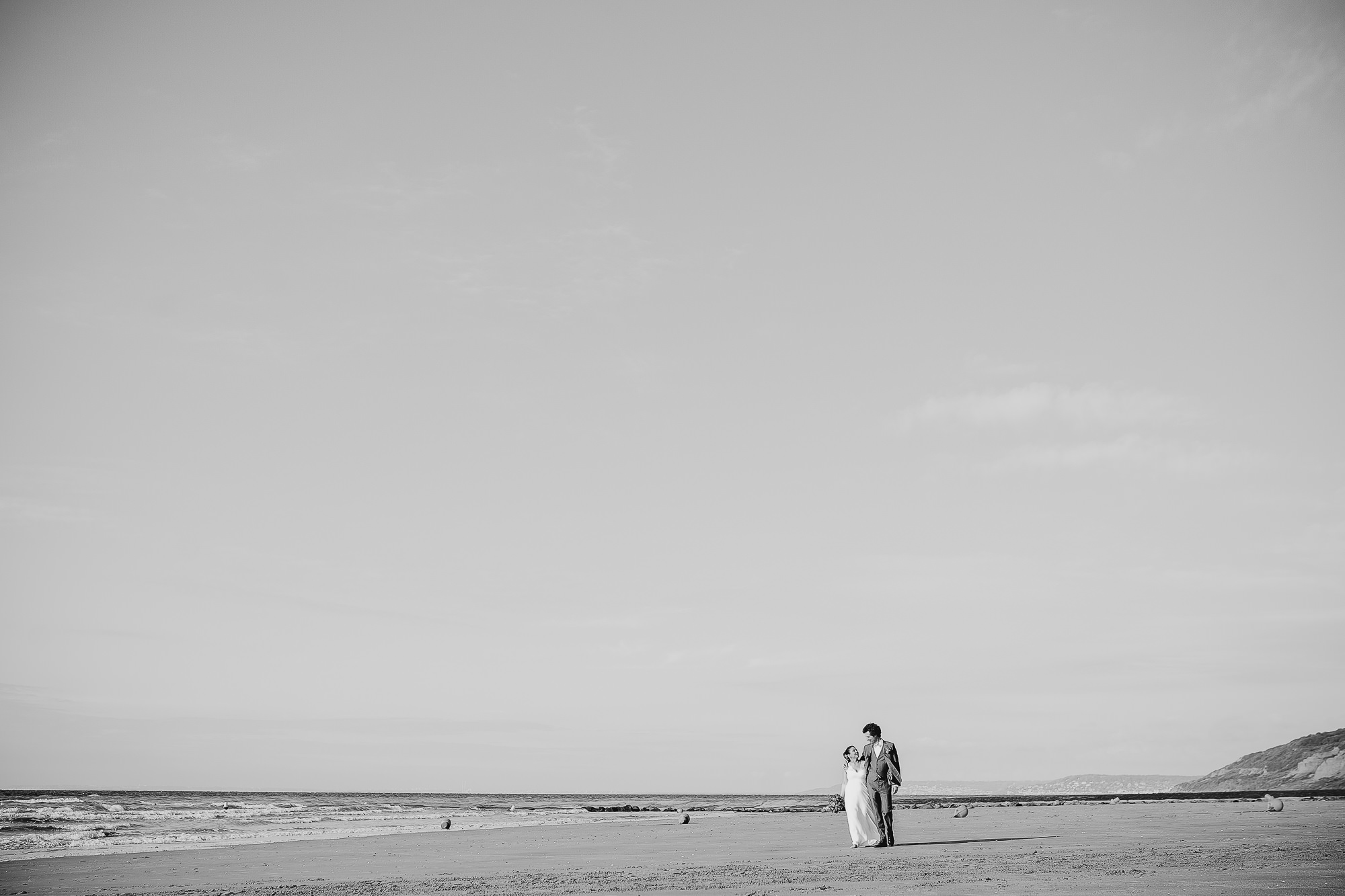 couple mariés sur la plage photographe mariage caen